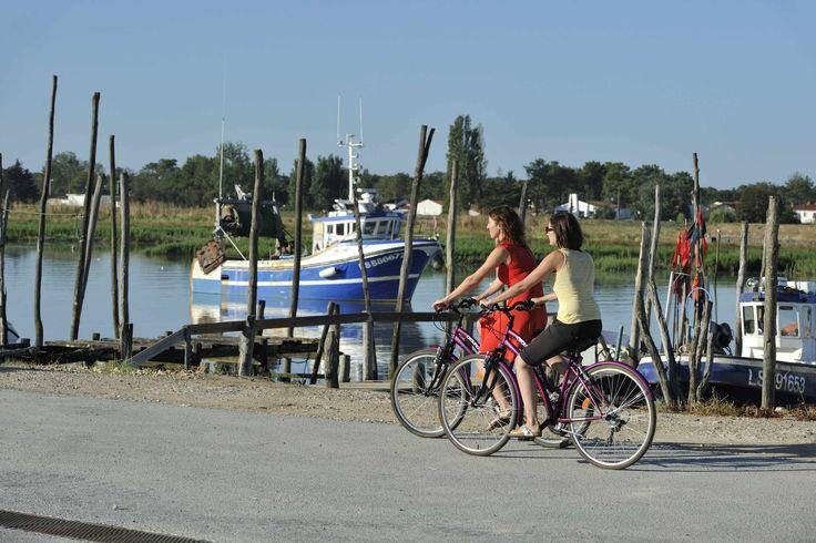 Balade à vélo bord de mer.©Pascal Baudry pour Sud Vendée Tourisme. Plus d'info : www.sudvendeetourisme.com