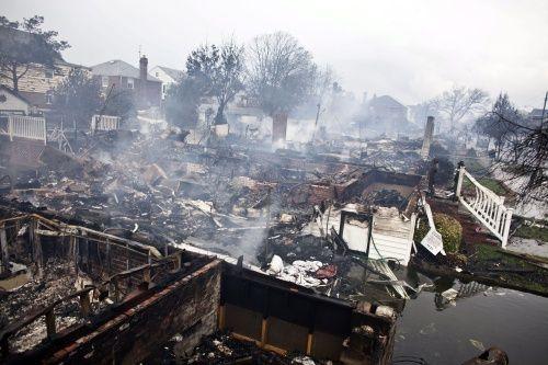 De gevolgen van klimaatverandering in cijfers - wel.nl  Er zijn nu vijf keer zoveel stormen, overstromingen en hittegolven als in de jaren zeventig met veel meer schade en menselijk leed tot gevolg. De afgelopen tien jaar waren er bijna 3500 grotere en kleinere natuurrampen. In de jaren zeventig waren dat er 743. Overstromingen en stormen eisten de meeste slachtoffers en veroorzaakten de meeste economische schade, hittegolven en droogte volgen daarna. .