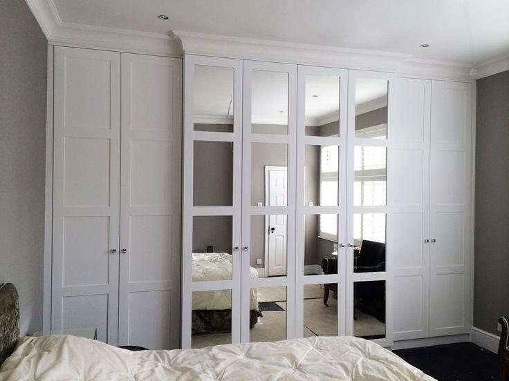 Гардеробная в маленькой спальне – возвести из гипсокартона недостающие стены и опустить потолок над шкафом до уровня дверец.