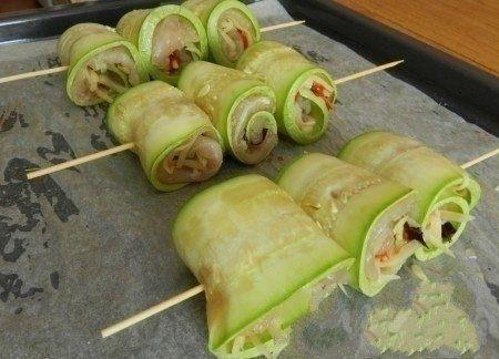 Фото к рецепту: Суперские рулетики из кабачков с куриным мясом