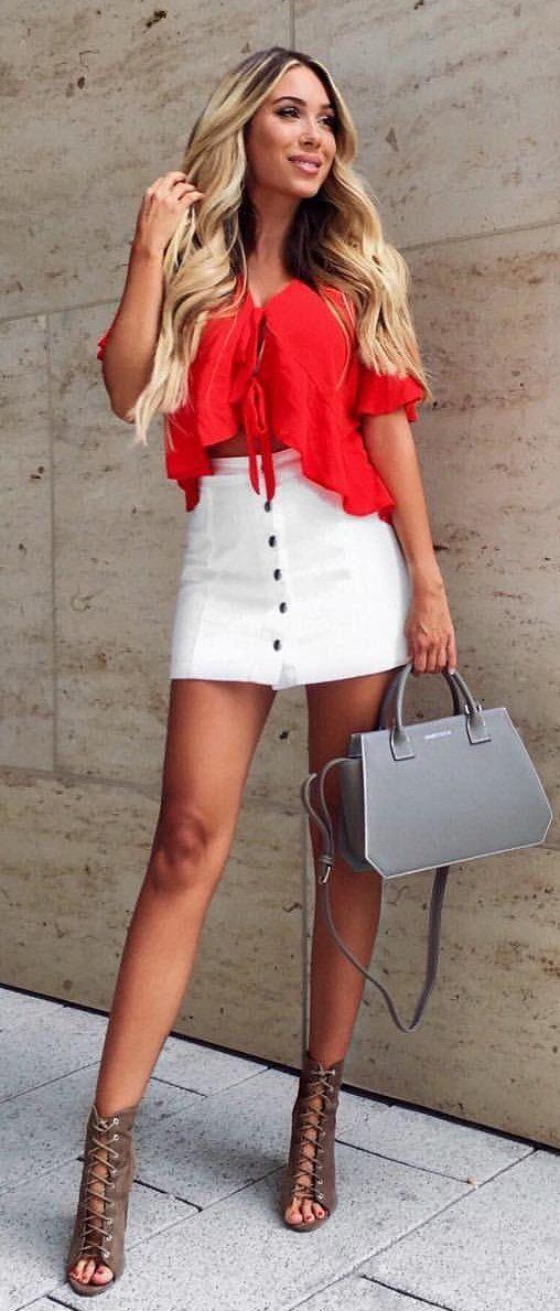 #summer #outfits El jueves feliz My Loves❤️ mi bolso es de @ernestcoleworld  // Lazo rojo superior + Falda blanca + La bolsa de asas gris
