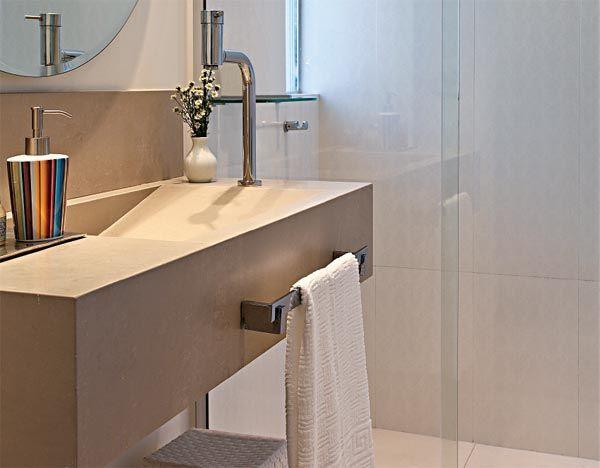 Bancada moderna. Para ganhar espaço, este banheiro foi repaginado milimetricamente. Dois chuveiros ocuparam o lugar de uma banheira. A bancada (1,15 x 0,44 m) foi feita sob medida com porcelanatos da Portinari. A Tecno Bancadas fixou as placas em perfis de ferro chumbados na parede. Destaques: a cuba com caimento de 65 cm e a saia de 20 cm, perfeita para a fixação do porta-toalhas.