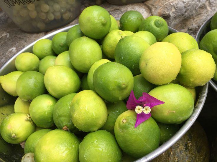 Frisse Limoenen Op Het Keukenblad