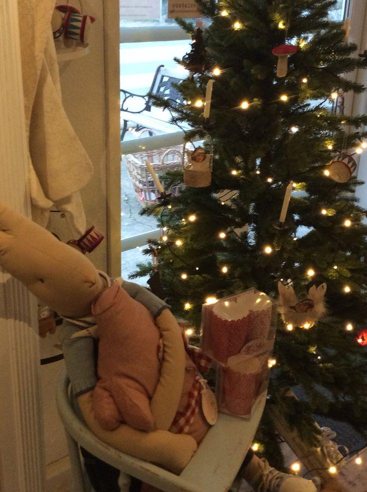 Juletræet med sin pynt.