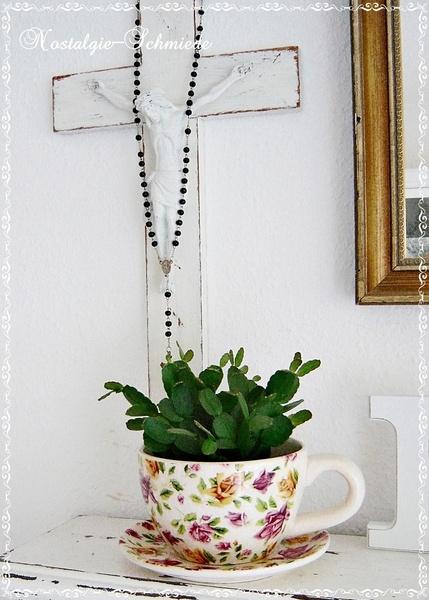 Eine schöne große Kaffeetasse incl. Untertasse mit einem tollen Rosenmotiv. Der Blumentopf /Übertopf / Pflanztasse kann bepflanzt oder er kann als Deko-Objekt genutzt werden. Der Fantasie sind keine Grenzen gesetzt.  Die Pflanztasse und der Teller sind gebraucht und haben kleine Haar-Risse am Lack, was aber am Gesamtobjekt keine Minderung darstellt. Im Gegenteil, dadurch erhält der Blumentopf einen gewissen Vintage-Charakter.