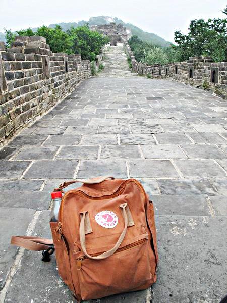 """""""征服三個長城,經過無數次機洗  還是一樣堅固的好好用  希望有機會能再挑戰下一個長城!"""" kanken classic磚紅 by Miriam Wang"""