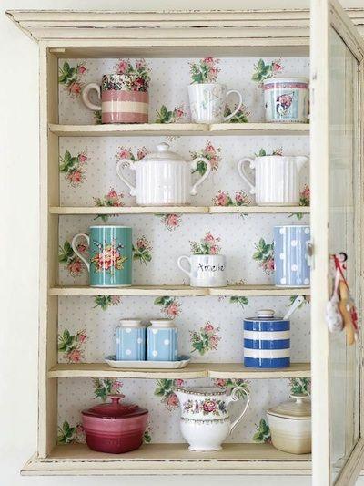 Un papier peint romantique pour tapisser le fond d'une armoire patinée à l'ancienne. Mettez-y votre collection de jolies porcelaines vintage. Source: French Laundry.