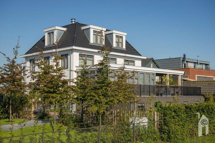Langs de dijk van Alblasserdam naar Kinderdijk staat deze statige woning