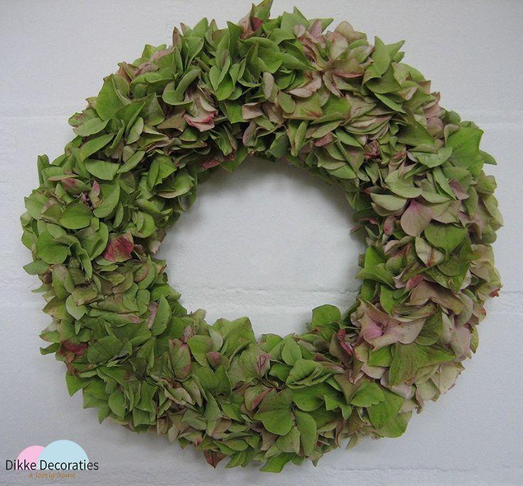 Gedroogde hortensia krans. De bloemen zijn met veel zorg gedroogd en gebonden. Merk: Dikke Decoraties.