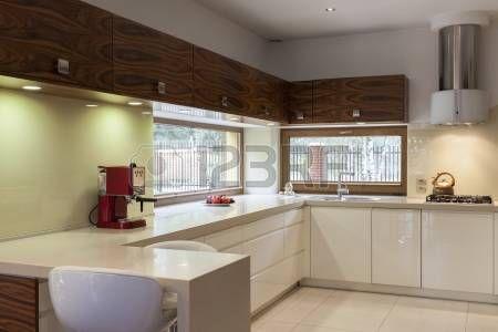 Hedendaagse keuken interieur met brede horizontale ramen Stockfoto