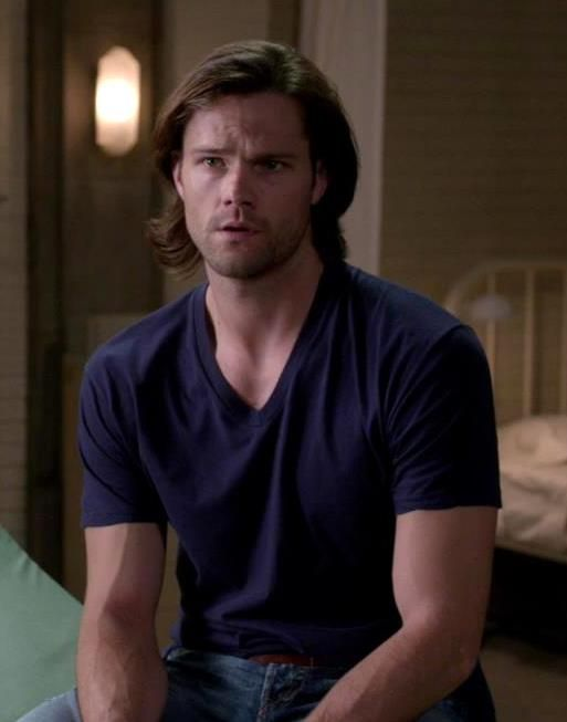 """Sam ...all hail the short sleeved v-neck! #Supernatural 9.11 First Born (just a friendly reminder to follow my Jared """"Moose"""" Padalecki board for more pictures like this^ :)"""