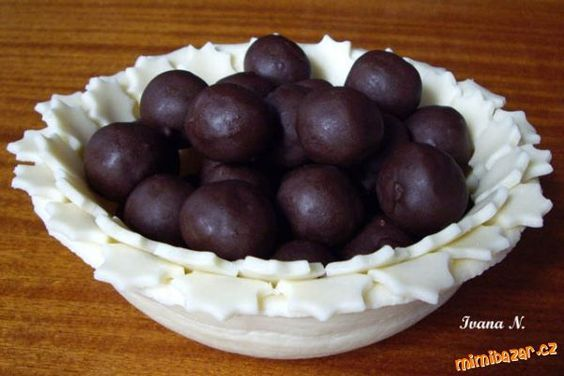 Vše smícháme dohromady, tvarujeme kuličky, pomocí párátka máčíme v čokoládě. Komu by se zdála hmota...