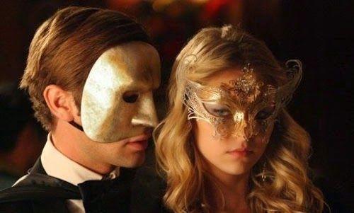Un matrimonio fue invitado a una fiesta de máscaras y disfraces.