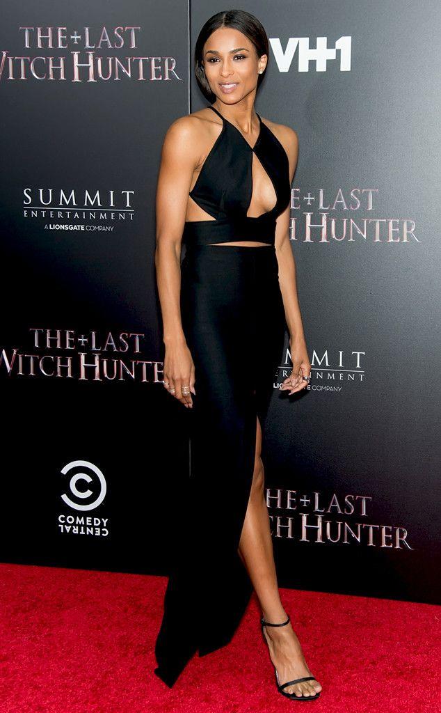 """Vague de chaleur de Fashion Police  Ciara nous offre un nouveau moment """"bombe sur le tapis rouge"""" dans cette robe Solace London aux découpes sur la poitrine, sur les côtés, dans le dos et à la fente sexy. Elle est vraiment sublime. Sérieusement, cette femme est-elle humaine ?! Suivez-nous sur Twitter et Facebook !"""