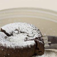 En drøm av en konfektkake for godt voksne livsnytere!  Kaken inneholder ikke mel, og får derfor en helt vidunderlig mektig og nesten litt kremete konsistens.