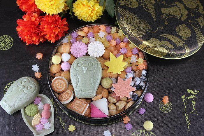 フクロウの可愛い秋色缶が登場です。 本当に宝石箱をひっくり返したように可愛いお菓子です。