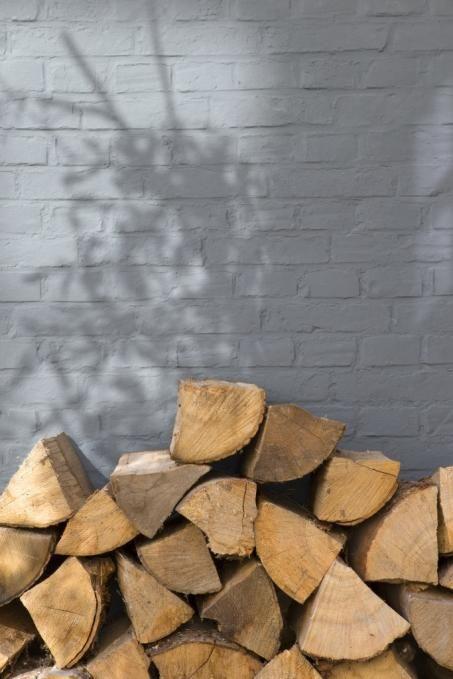 buitenmuren, muren verven, carport, gevel sausen, geval verven, Arja van Garderen styling, zwart wit en hout, zwartwitenhout.nl, klussen, huis opknappen, klushuis bakstenen muur verven, bakstenen, verf