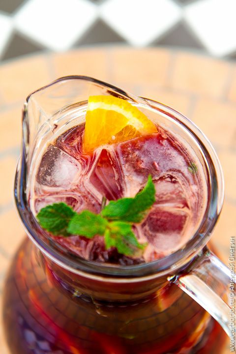У себя на родине, в Испании, сангрия - напиток легкомысленный. Ее делают из дешевого вина и расслабляются в жару, сидя с кувшином домашней сангрии под зонтиком.