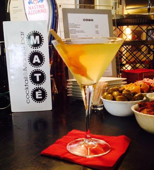Albicocca Martini.         Albicocche infuse in Larious Dry Gin con succo di limone fresco e liquore alla pesca. Sensualità allo stato puro.