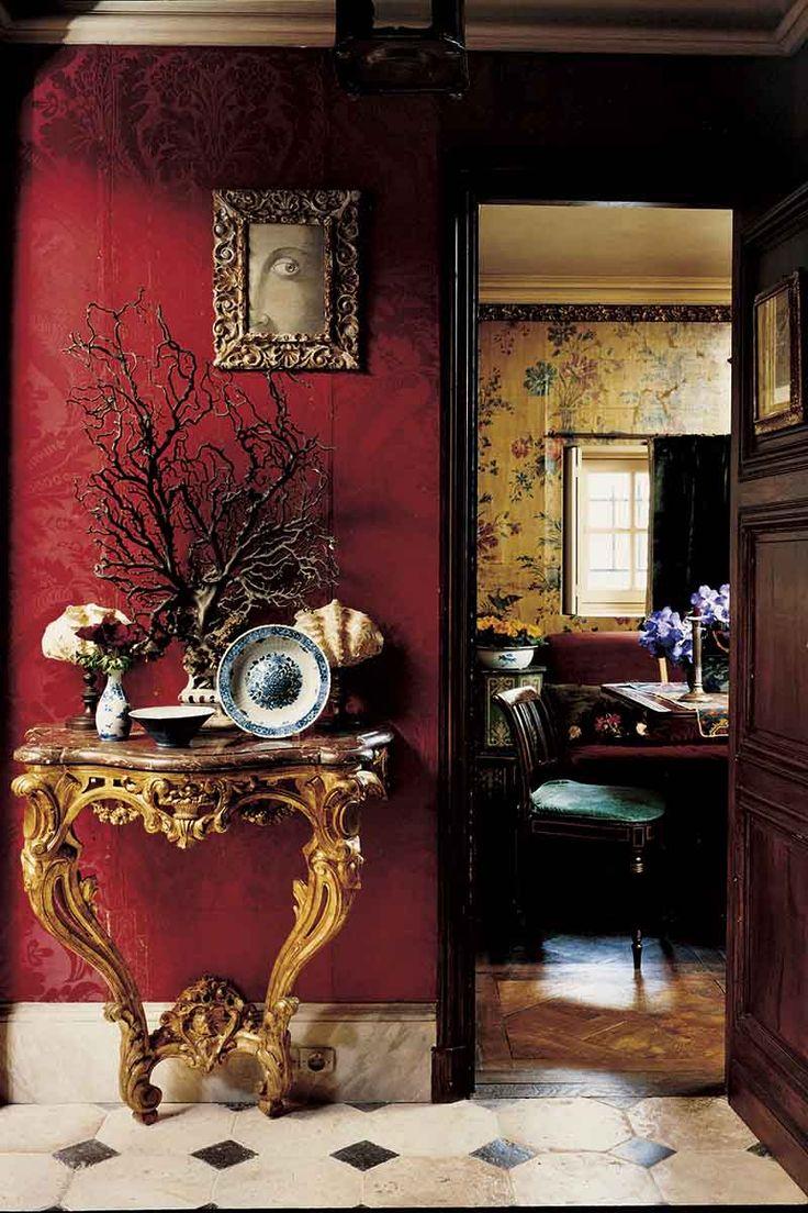 """прихожая в парижской квартире Лауры от Studio Peregalli, стены обиты красной парчой 17в, пол сланцевой плиткой 19в, позолоч консоль в стиле Людовика 15, в раме - рис Пьера Ле-Тана. """"Мы не копируем исторические стили, а создаем их вольную интерпретацию. Это похоже на сон - места, люди и предметы, когда-то виденные вами, появляются в немного измененном, фантастическом виде"""""""