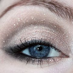 Sparkly...just in time for the holidays.: Make Up, Eye Makeup, Eye Shadows, Hair Makeup, Eyeshadows, Sparkle, Holiday Eye, Pretty Eyes, Makeup Idea