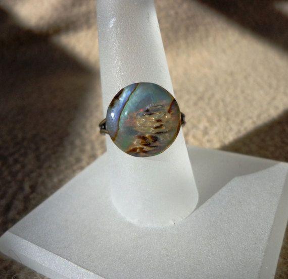 Deze verstelbare ring heeft een natuurlijke abalone schelp cabochon gecoat met hars. De organische edelsteen is 14mm ronde met iriserende wervelingen van aqua blauwe, zwarte en grijze en vastgelijmd aan een verstelbare verouderde messing Metallring base.  Grootte: 7 voor uitbreiding Gewicht: minder dan .1oz (3gm)  Zie edelsteen ringen op https://www.etsy.com/shop/susanlloyd?section_id=13828303.  Abalone folklore: brengt sereniteit, inspireert verbeelding en intuïtie ...