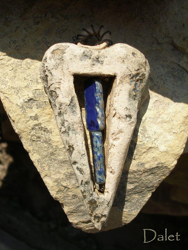 Maldives ..další srdíčko z modré řady, které nese název ostrova v Indickém oceánu...Zrcadlí faunu i floru, Život sám... srdíčko modelováno z lehce ostřené hlíny je uvnitř vykrojeno, aby v sobě uchovalo korálkové poklady české provenience... Korálky jsou modré s kovovým efektem na stranách. Dále ho jemně zdobí efektní modrá glazura s kovovým nádechem, ouško je ...