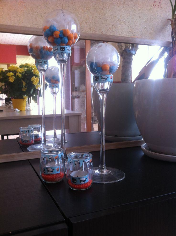 déco de table : bougeoir Ikea - Boule plexi avec boule de cotillon et plumes.
