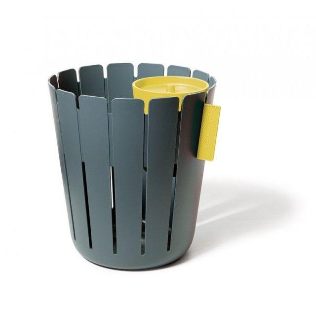 Mülltrennung war noch nie besonders sexy- bis jetzt. BASKETBIN sorgt für eine saubere Trennung zwischen Nass und Trocken, ohne die Umwelt optisch zu verschmutzen. Denn dieses duale System für jedes Büro kommt ohne gelben Plastiksack oder grüne Punkte aus und kann sich auch sonst sehen lassen. Nasser und klebriger Müll verschwindet ganz diskret unter dem Deckel des kleinen spülmaschinenfesten Abfallsammlers und kann bequem zur nächsten Deponie getragen werden. Und hinter dem Zaun des großen…