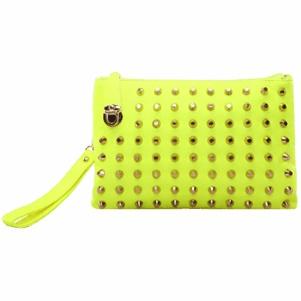 Bolsas de neón de color del remache del embrague del día de la mujer en la tienda de tendencia.
