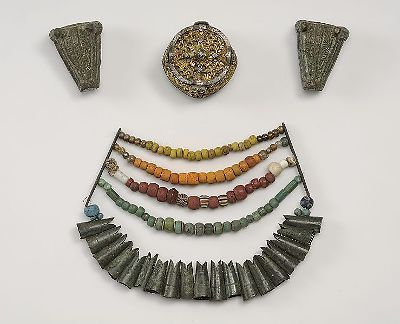 Pärlgarnityr with pärlspridare, fish head shaped pendants and beads