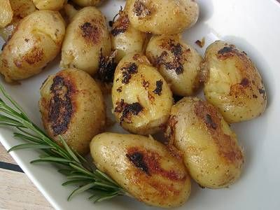 Chili und Ciabatta: Gegrilltes Jerk-Schweinefilet mit gerösteten ganzen Kartoffeln