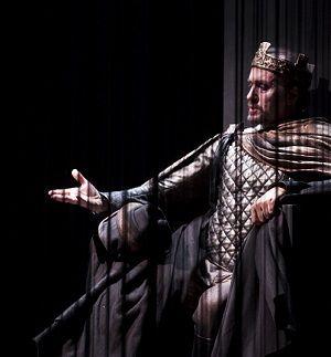 Macbeth di William Shakespeare, nella traduzione di Gianni Garrera e la regia di Luca De Fusco, è lo spettacolo di apertura del cartellone 2016/2017 del Teatro Mercadante. In scena da mercoledì 26 ottobre a domenica 13 novembre, rappresenta l'omaggio dello Stabile di Napoli al Bardo nel 400mo anniversario della morte. #teatro #Napoli