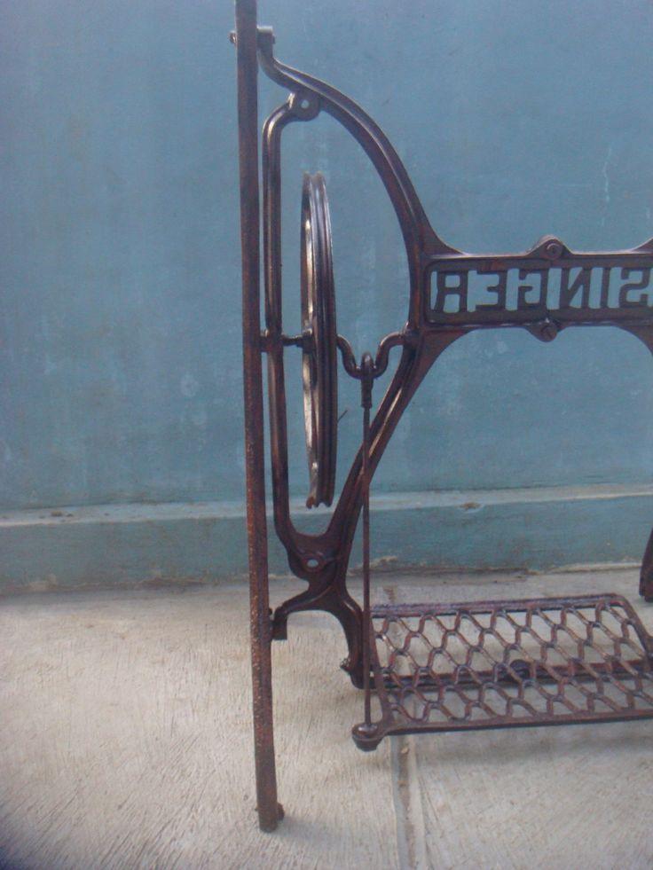 Kaki mesin jahit singer tua. Tampak detail roda penggerak/pemutar