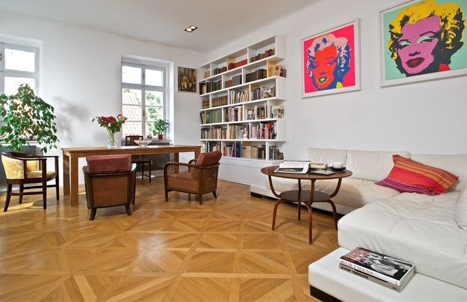 Kombinace moderního designu, starožitného nábytku po prarodičích a popartových obrazů tvoří svěží a zajímavý interiér. Knihovna je vyrobena na zakázku podle návrhu Tomáše Legnera, některé části jsou potaženy plátkovým zlatem