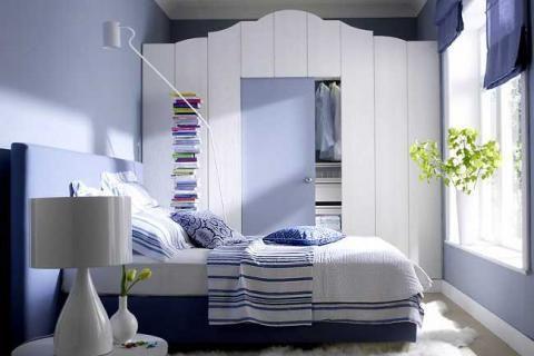 Интерьер спальни в бело-голубых тонах