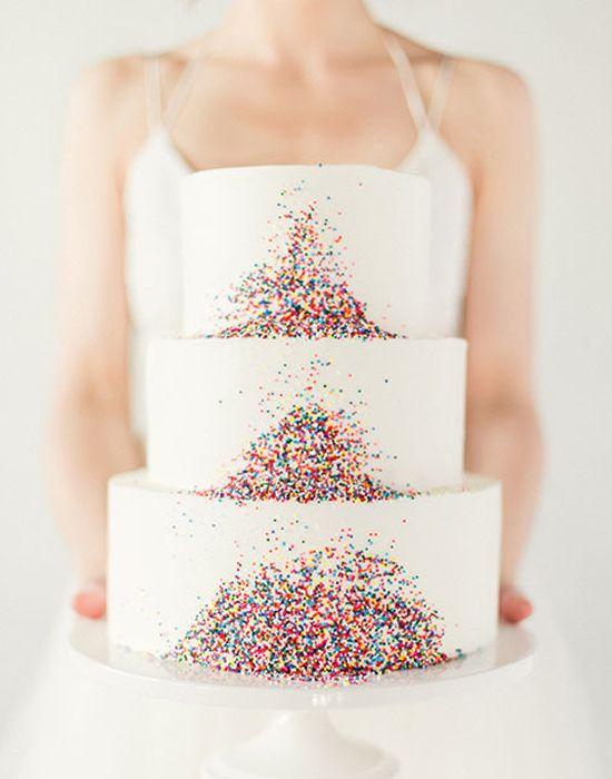 Os granulados coloridos são um toque super fofo neste bolo de casamento. Dão um toque de diversão ao bolo!