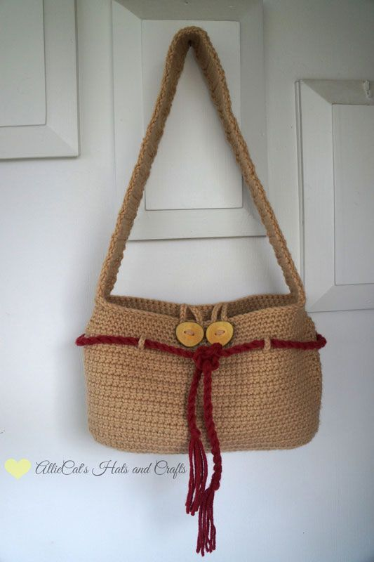 Super cute free crochet purse pattern!  This versatile and functional design is one you'll use again and again.