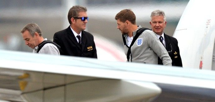 Steven Gerrad no desembarque da Inglaterra (Foto: AFP)
