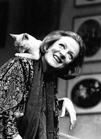 Maggie Smith con su gato en la espalda