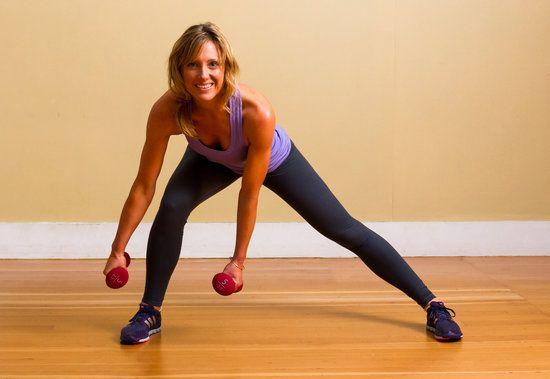 La Lunge lateral. Estocadas laterales ayudan a mejorar el equilibrio y el trabajo descuidado los músculos del tren inferior, mientras que todavía dirigido a los más importantes. También son más fáciles de rodillas que las sentadillas y las estocadas tradicionales.