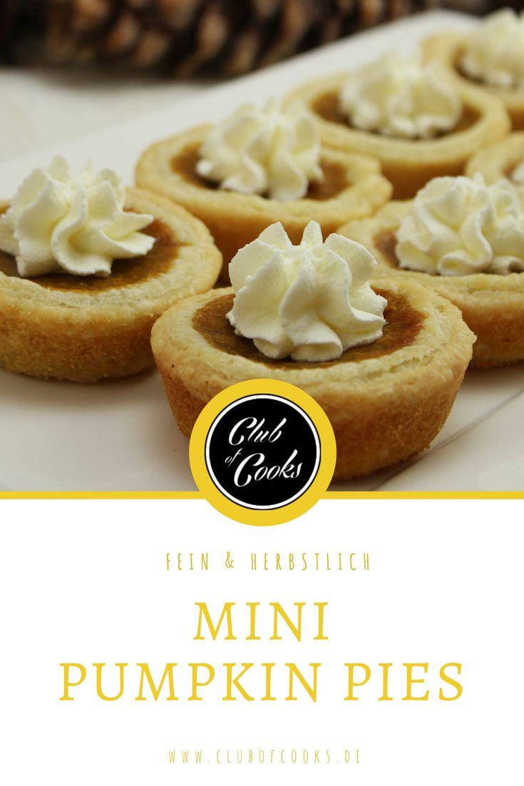 Diese kleinen Kürbistörtchen sind die Mini-Variante des beliebten amerikanischen Pumpkin Pie. Dieser wird traditionell zu Thanksgiving verspeist und besteht aus einem knusprigen Mürbeteigbogen und einer saftigen, süß-würzigen Kürbisfüllung.