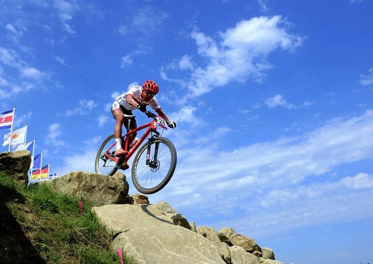 【自転車マウンテンバイク男子】山本幸平は27位 自転車マウンテンバイク男子クロスカントリーに出場した山本幸平は27位だった。絶好の天気に恵まれ競技する山本幸平=ハドリーファーム(共同)