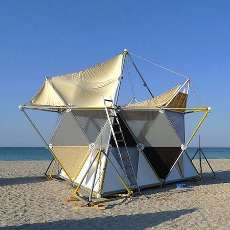 """Sur une plage de Popivka en Ukraine, Alix Shelest et Archinoma ont construit """"Y-Bio"""", un système d'habitation de loisir léger et démontable composé de modules tétraédriques en métal, bois et..."""