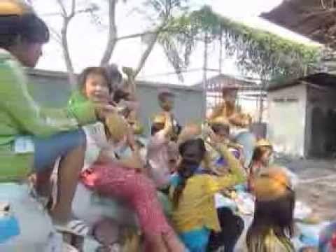 Cambodja - Omdat er zóveel regenwoud is gekapt, worden 'nutteloze' kokosdoppen verwerkt tot briketten.
