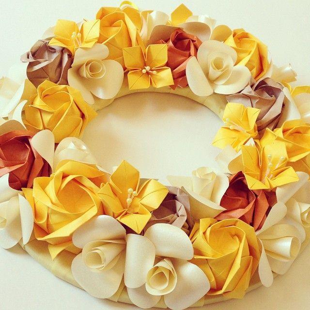 Guirlanda de Origami confeccionada nas cores creme, amarelo e ferrugem. Feita com papel especial de origami e papel metalizado. <br>As flores são: Rosas, Begônias e Camélias. <br>Ideal para decoração de ambientes internos e festas. <br>Linda guirlanda de Outono. <br> <br>Dica: Não coloque exposta diretamente ao sol e nem molhe.