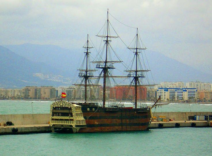 """España. Puerto de Málaga: El galeón """"Santísima Trinidad"""", barco de tres mástiles y cubiertas artilladas. Fue orgullo e insignia de la marina real en el siglo XVIII. Se trata de una reproducción del navío original realizada a la misma escala y en todos su detalles."""