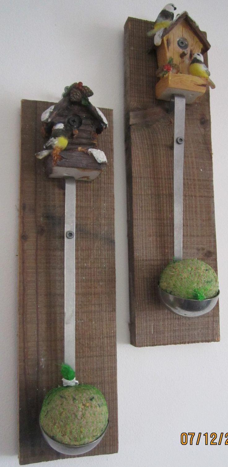 oude pollepel geschroeft op een plankje met vetbol vboor de vogels