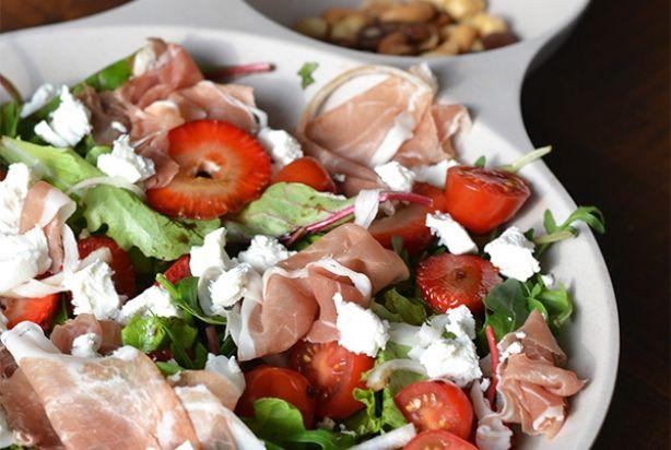 Salade met aardbei, geitenkaas & parmaham