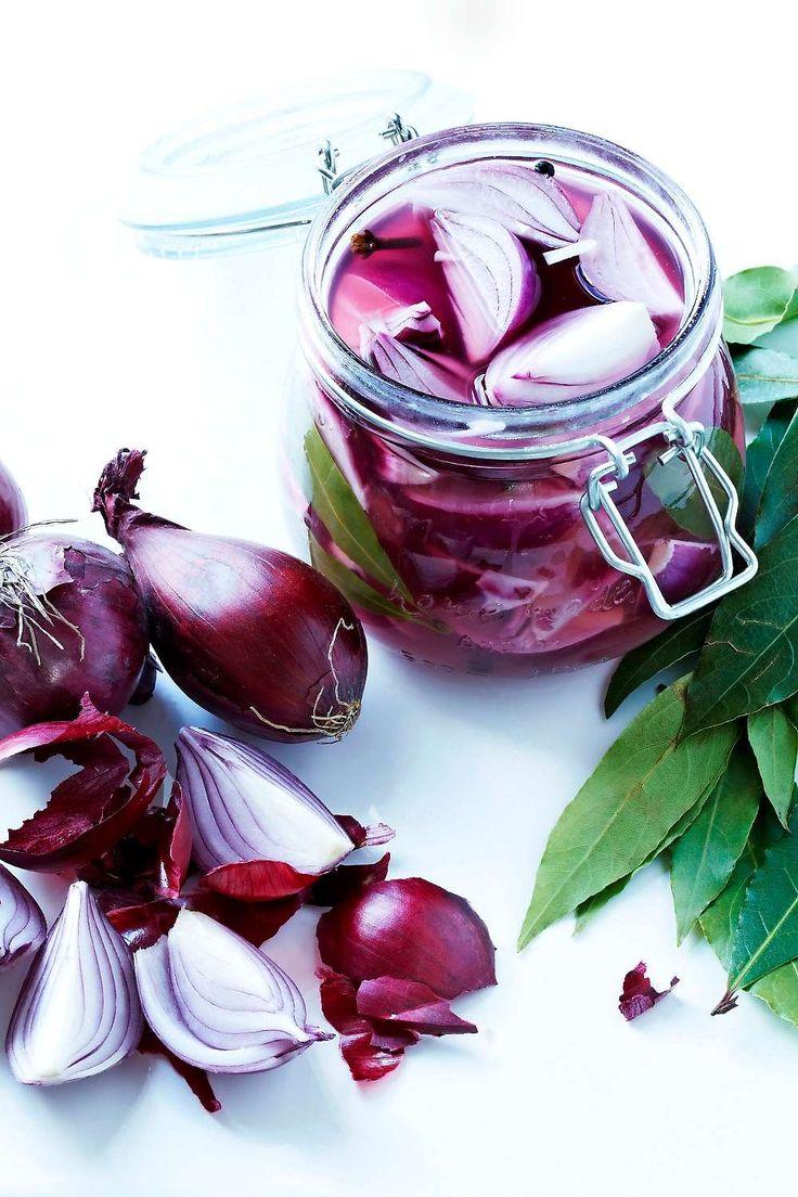 [ Picklad rödlök ] 1 kg rödlök, gärna små / 1 l vatten / 2 msk socker / 2 msk salt / 3 lagerblad / 6 kryddnejlikor / 6 svartpepparkorn / 2 msk ättika (12%) per burk